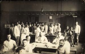 Foto Ak Gruppenbild im Lazarett, Soldaten, Krankenschwestern