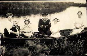 Foto Ak Seemann mit Familie, Matrosen Artillerie, Ruderboot