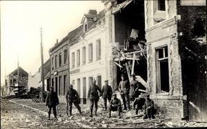 Ak Deutsche Soldaten in Uniform in Neuville Frankreich, Kriegszerstörung I. WK