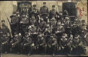 Foto Ak Französische Soldaten in Uniform vor der Kaserne
