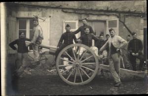 Foto Ak Französische Soldaten in Uniform, Geschütz