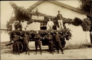 Foto Ak Französische Soldaten in Uniform, geschmückter Festwagen, Eclair
