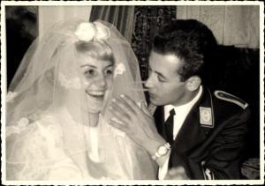 Foto Ak Soldat der NVA in Uniform mit seiner Braut, Flieger