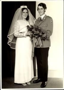 Foto Ak Soldat der NVA in Uniform mit seiner Braut