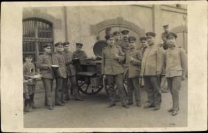 Foto Ak Deutsche Soldaten in Uniform, Feldküche