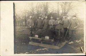 Foto Ak Deutsche Soldaten in Uniform, erlegtes Wildschwein
