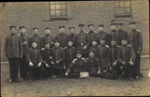 Foto Ak Deutsche Soldaten in Uniform, Kaserne