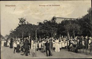 Ak Ustka Stolpmünde Pommern, Sonntags auf der Promenade