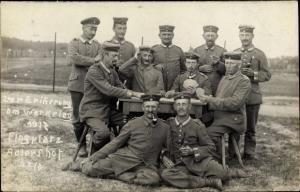 Foto Ak Berlin Treptow Adlershof, Soldaten bei einem Kartenspiel auf dem Flugplatz 1917, 12/8, I. WK