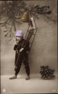 Ak Glückwunsch Neujahr, Junge als Schornsteinfeger, Leiter, Zweigbesen, Glocken