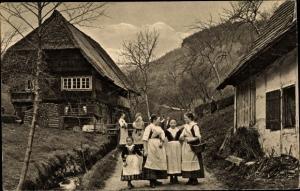 Ak Wolfach Baden Württemberg, Schwarzwälder Bauernhaus, Frauen in Volkstrachten