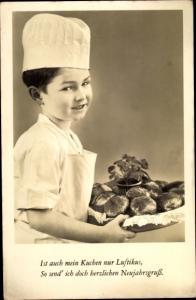 Ak Glückwunsch Neujahr, Junge mit Krapfen, Bäcker