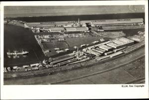Ak Blick auf einen Hafen, Sportplatz, Bruynzeel, Vloeren, Lustwerk, Potloden, Fliegeraufnahme