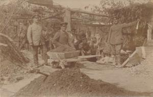 Foto Ak Deutsche Soldaten beim Bau einer Messstelle aus Eisenbeton, Juni 1917