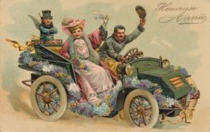Ak Glückwunsch Neujahr, Heureuse Annee, Autofahrt mit Engel, Blumenschmuck