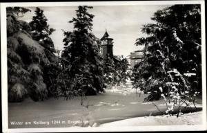 Ak Klínovec Keilberg Erzgebirge Region Karlsbad, Hotel, Außenansicht, Winterlandschaft