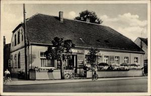Ak Löwenberg in der Mark, Gasthof E. Wiese, Außenansicht mit Terasse und Straßenpartie