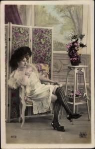Ak Rauchende Frau in Unterwäsche mit Hut, Unterkleid