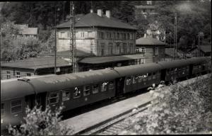Foto Ak Personenzug in einem Bahnhof