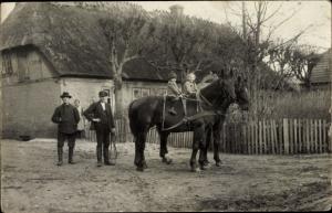 Foto Ak Nieby in Schleswig Holstein, Gehöft, Familie, Kinder auf Pferden