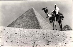 Foto Ak Ägypten, Kamelreiter vor einer Pyramide