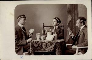 Studentika Foto Ak Studenten einer Burschenschaft Verbindung beim Kartenspiel, Bier, Rauchen