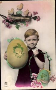 Ak Glückwunsch Ostern, Junge mit Ostereiern, Küken