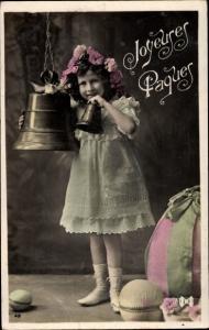 Ak Glückwunsch Ostern, Mädchen mit Ostereiern, Glocken