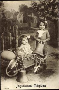 Ak Glückwunsch Ostern, Kinder mit Glocken und Ostereiern