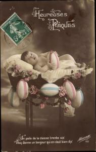 Ak Glückwunsch Ostern, Baby in der Wiege mit Ostereiern