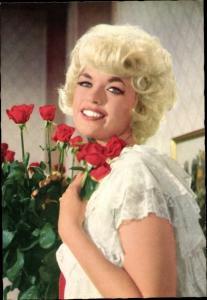 Ak Schauspielerin Jayne Mansfield, Portrait mit Rosen
