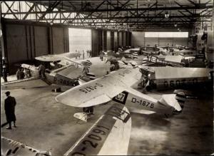 Foto Flugzeuge am Flughafen Berlin Tempelhof, D-1876, D-2091, D-2051, Blick in eine Wartungshalle