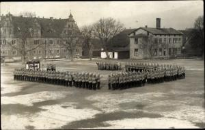Foto Ak Bevern Niedersachsen, Soldaten Vereidigung auf dem Platz