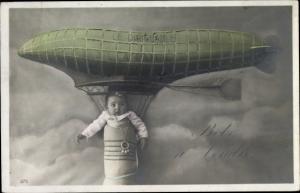 Ak Le Dirigrable La Patrie, Kind hängt am Zeppelin