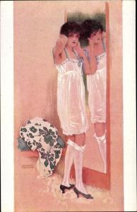 Künstler Ak Kirchner, Raphael, Une grande Dame, Frau im Nachthemd, Kniestrümpfe