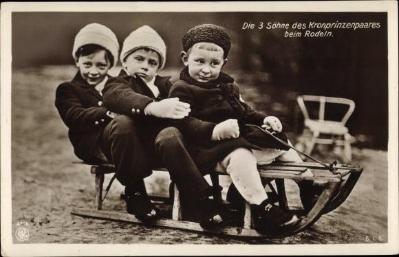 Ak Porträt der 3 Söhne des Kronprinenpaares beim Rodeln, NPG 4350 0