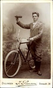 Carte de Visite Portrait von einem Mann mit Fahrrad, Fotograf J. Simson, Dillingen