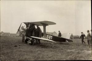 Foto Kunstflugzeug D-681, Doppeldecker, Flugfeld