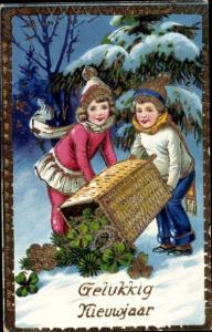 Gold Ak Glückwunsch Neujahr, Kinder mit Korb voller Kleeblätter und Hufeisen