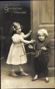 Ak Glückwunsch Neujahr, Mädchen, Junge als Schornsteinfeger