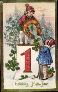 Gold Ak Glückwunsch Neujahr, Mädchen und Junge in Winterkleidung, Hufeisen, Kleeblätter