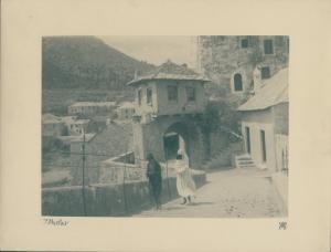 Foto Mostar Bosnien Herzegowina, Straßenpartie, Einheimische in Tracht