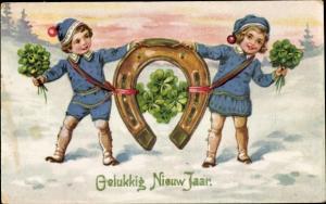 Ak Glückwunsch Neujahr, Junge und Mädchen halten Hufeisen, Kleeblätter