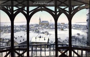 Ak Schneeberg im Erzgebirge, Blick auf den Ort im Winter, Kirche