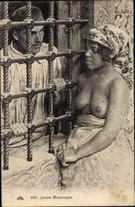 Ak Jeune Mauresque, barbusige Araberin, Mann, vergittertes Fenster, Maghreb