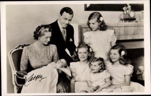 Ak Prinz Gustav Adolf und Prinzessin Sibylla von Schweden mit ihren Kindern, Geburt von Carl Gustaf