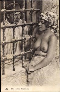 Ak Jeune Mauresque, barbusige Araberin am Fenster, Mann, Maghreb
