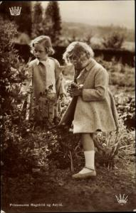 Ak Prinzessinnen Ragnhild und Astrid von Norwegen, Portrait, Blumen pflücken