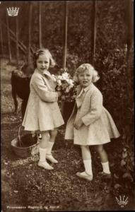 Ak Prinzessinnen Ragnhild und Astrid von Norwegen, Portrait, Blumenstrauß