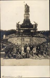 Ak Rüdesheim am Rhein, Niederwalddenkmal, Deutsche Soldaten im Kaiserreich, Gruppenbild